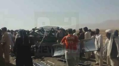دشت میں ویگن اور ٹرک میں تصادم، 14 افراد جاں بحق