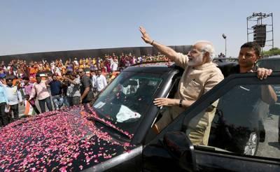 بھارتی وزیر اعظم اپنے آبائی سکول میں جذباتی ہو گئے،پیشانی پر مٹی مل لی