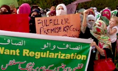 اساتذہ اور ناراض کارکنا ن کا عمران خان کی رہائش گاہ کے باہر دھرنا