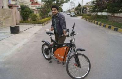 پاکستانی نوجوان انجنئیر نے پٹرول کےبغیر چلنے والی سستی ترین موٹر سائیکل بنا لی