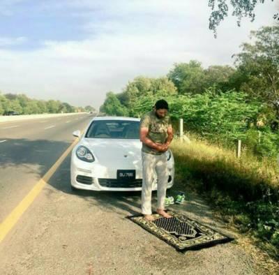 دبئی میں نماز کیلئے سڑک کنارے گاڑی کھڑی کرنے پر پابندی