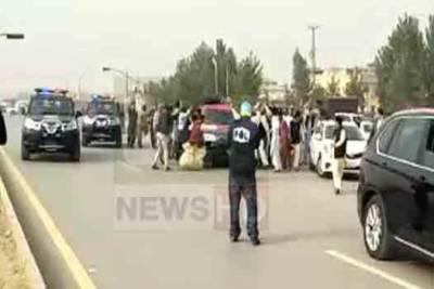 نواز شریف کی گاڑی کی ٹکر سے 2 کارکن گر کر زخمی
