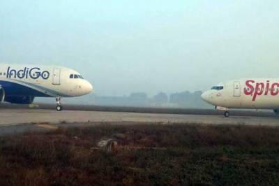 بدسلوکی کرنے والا ملزم بھارتی ایئرہوسٹس کے پا وں پڑگیا