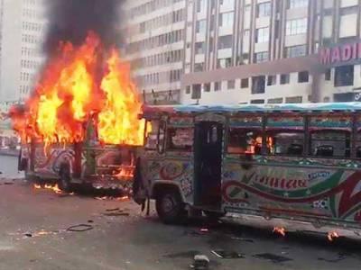کراچی میں بسوں کی ٹکر سے موٹرسائیکل پر سکول جاتی بچی جاں بحق