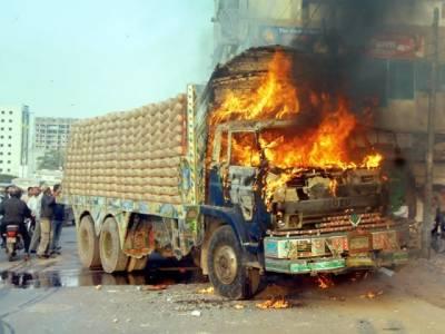 کراچی : شاہراہ فیصل پر پولیس پسپا ہو گئی ٗ مظاہرین نے ٹرک کو آگ لگا دی