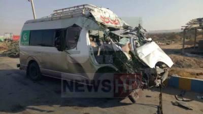 نوری آباد: مسافر وین اور ٹرک میں تصادم، 8 افراد جاں بحق