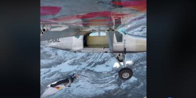 ہوا میں اڑتے جہاز میں سوار ہونے کی ویڈیو نے دنیا کو حیران کر دیا