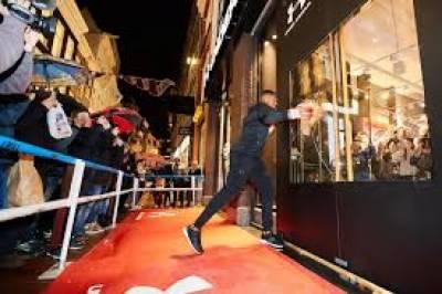 برطانوی باکسر اینتھونی جوشوا نے دروازے کے شیشے توڑ کر شاپنگ سٹور کا افتتاح کر دیا