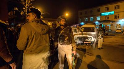 بھارتی پولیس اہلکار نے فائرنگ کرکے 4 ساتھیوں کو ہلاک کردیا