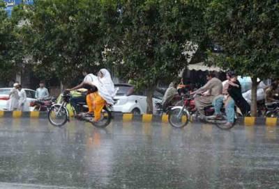 لاہور سمیت پنجاب اور سندھ کے کئی علاقوں میں بارش، موسم سرد ہو گیا