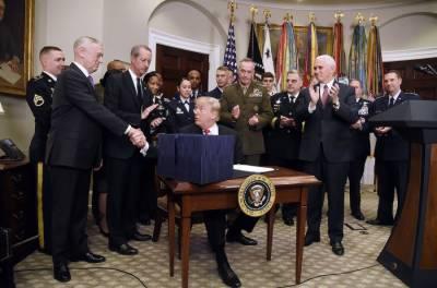 امریکی صدر نے 700ارب ڈالر کے قومی بل پر دستخط کر دیئے