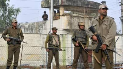 بھارتی افسران نے فوجیوں کے موبائل فون توڑ دئیے