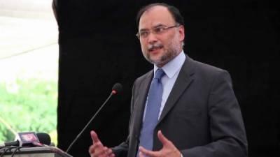 امریکا پاکستان کو طعنے دینے کے بجائے اس کے کردار کی تعریف کرے، احسن اقبال