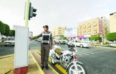 القصیم میں ہندوستانی موٹرسائیکل سوار پر سگنل توڑنے پر 3000ریال جرمانہ