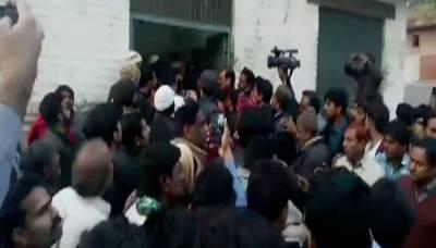 ننھی زینب کے قاتل کیخلاف مظاہرین پر پولیس کی فائرنگ، 1 شہری جاں بحق