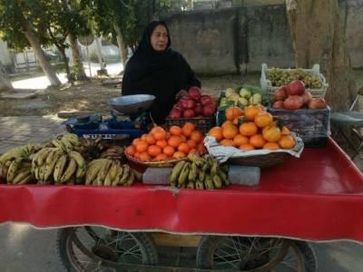متحدہ عرب امارات کے سفیر کی پاکستانی خاتون پھل فروش کی مدد کرنے کا اعلان
