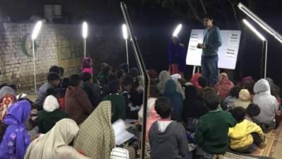"""غریب بچوں میں علم کی روشنی پھیلانے والا پاکستان کا پہلا """"سولر سلم سکول"""" قائم"""