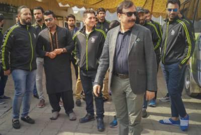 پی ایس ایل 3 سے قبل لاہور قلندرز کی ٹیم کی داتا دربار پر حاضری