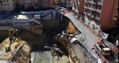 روم میں اچانک گڑھا بننے سے متعدد گاڑیاں دھنسنے کی تحقیقات کا آغاز کر دیا گیا