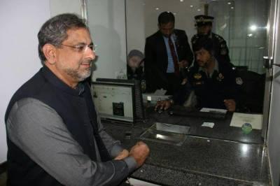 وزیر اعظم شاہد خاقان عباسی کی عام افراد کی طرح ڈرائیونگ لائسنس بنوانے کی تصاویر وائرل