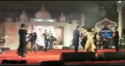 لائیو پرفارمنس کے دوران گلوکار اور شو آرگنائزر آپس میں جھگڑ پڑے، ویڈیو وائرل ہو گئی