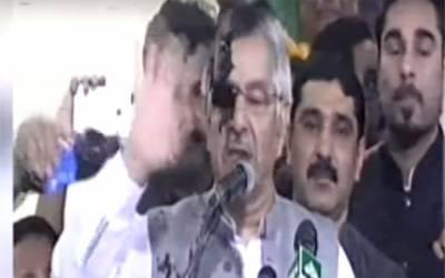 وزیر خارجہ خواجہ آصف کے چہرے پر سیاہی پھینک دی گئی