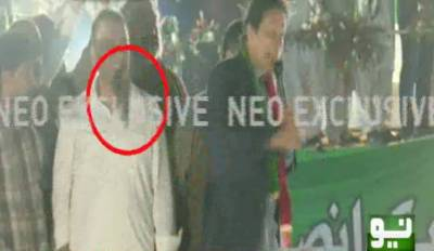 نامعلوم شخص نے عمران خان پر جوتا اچھال دیا