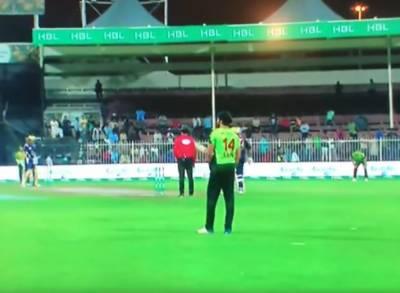 کوئٹہ گلیڈی ایٹرز کے خلاف لاہور قلندرز کے کھلاڑی آپس میں لڑ پڑے ، ویڈیو وائرل