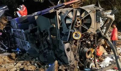 تھائی لینڈ، مسافر بس بے قابو ہو کر درخت سے جا ٹکرائی، 17 افراد ہلاک
