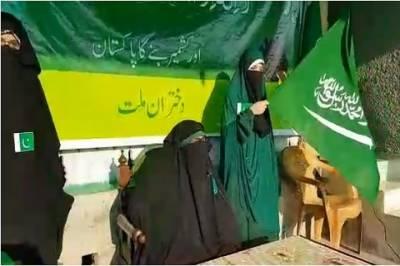 سری نگر، آسیہ اندرابی نے پاکستانی پرچم لہرا دیا