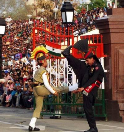 واہگہ بارڈر پر پرچم اتارنے کی پر وقار تقریب ، پاکستان زندہ باد کے فلک شگاف نعرے