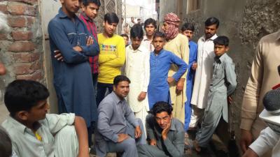 جلال پور بھٹیاں : مزدوروں کو مزدوری نہ ملنے پر مالک مکان کے گھر کے سامنے دھرنا