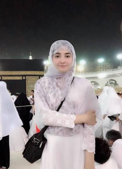 معروف گلوکارہ گل پانڑہ نے عمرہ ادائیگی کی تصویر شیئر کردی
