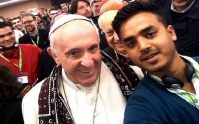عیسائیوں کے مذہبی پیشوا کی سندھی اجرک میں تصویر سوشل میڈیا پر وائرل
