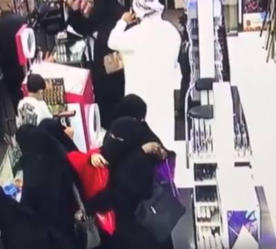 سعودی خواتین کی موبائل فون چوری کرنے کی ویڈیو سامنے آگئی