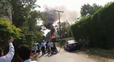 لاہور، گارڈن ٹاؤن میں تربیتی طیارہ گر کر تباہ، 1 شخص زخمی