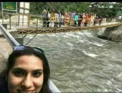 دریائے نیلم پل حادثہ،ڈوبنے والوں کی تلاش جاری،طلباءو طالبات کی آخری سیلفی بھی سامنے آ گئی