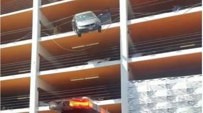 کیلفورنیا میں پارکنگ پلازہ کی چوتھی منزل سے لٹکنے والی کار میں سوار معمر خاتون کو بچا لیا گیا