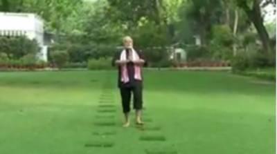 مودی نے اپنی رہائش گاہ کے باغیچے میں ورزش کرکے سب کو حیران کر دیا