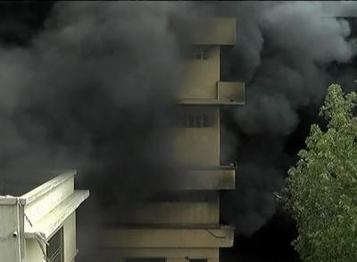 کراچی: فوم فیکٹری میں آگ لگ گئی، ہر طرف دھویں کے بادل چھا گئے