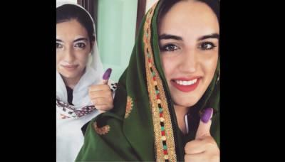 بختاور اور آصفہ نے نواب شاہ میں ووٹ کاسٹ کر دیا