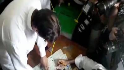 ضابطہ اخلاق کی خلاف ورزی، عمران نے کیمروں کے سامنے پرچی پر مہر لگا دی