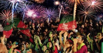 عمران خان کے ممکنہ وزیر اعظم بننے کی خوشی میں تحریک انصاف کے کارکنوں کا جشن