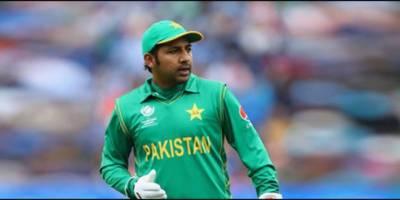 قومی کرکٹ ٹیم کے کپتان سرفراز احمد عمران خان کو مبارکباد دینے بنی گالہ پہنچ گئے