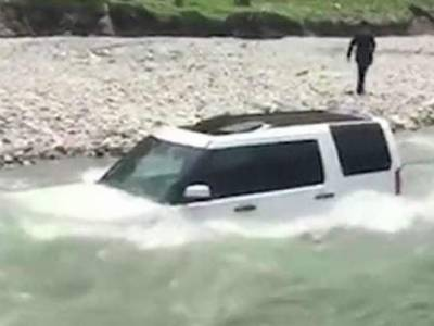 کنجوس چینی کو دریا میں گاڑی دھونا مہنگا پڑگیا
