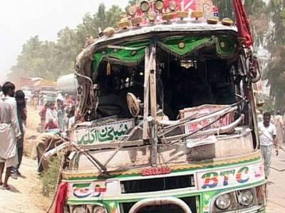 ڈی آئی خان میں سکیورٹی فورسز اور مسافر بس میں تصادم،4 اہلکار جاں بحق،25 زخمی