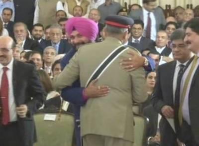 عمران خان کی تقریب حلف برداری،سدھو نے آرمی چیف کو گلے لگالیا