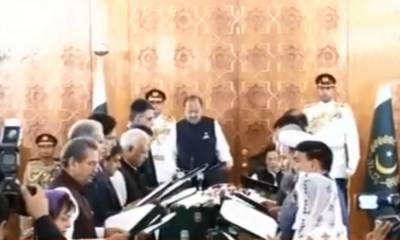 وزیراعظم عمران خان کی کابینہ نے حلف اٹھا لیا