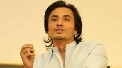 اداکار علی ظفر نے عمران خان سے پشاور میں مزید سینما گھروں کے قیام کی درخواست دیدی