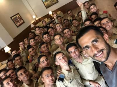 آرمی کیڈٹس کے ساتھ فاسٹ باﺅلر حسن علی کی سیلفی وائرل